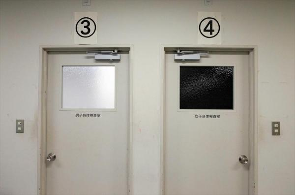 東日本入管センターの身体検査室。左が男性用、右が女性用=茨城県牛久市、鬼室黎撮影