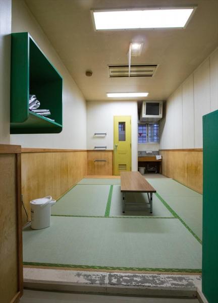 東日本入国管理センターの和室。6畳あまりで定員は5人。室内にはトイレ(中央奥の扉)とテレビ(右奥上)が備わっている=茨城県牛久市、鬼室黎撮影