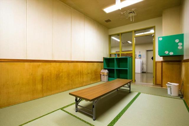 東日本入国管理センターの和室。定員は5人で、広さは6畳あまり=茨城県牛久市、鬼室黎撮影