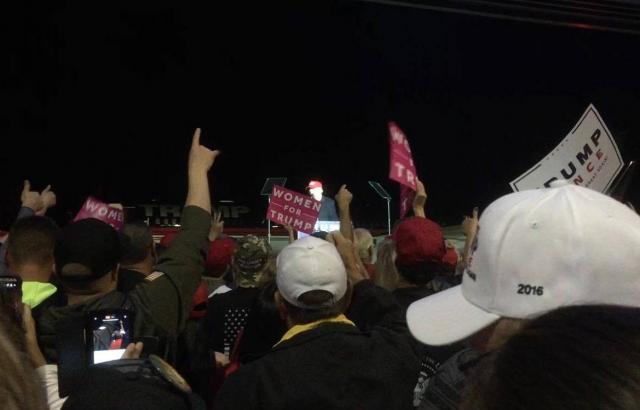 トランプ氏の演説に盛り上がる支持者たち