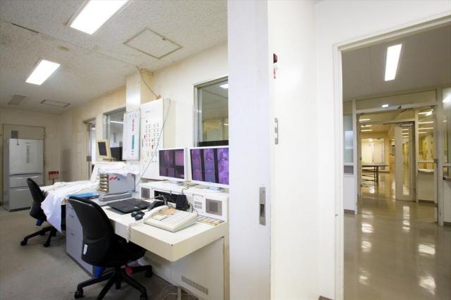 東日本入国管理センターの警備官室(左)。右奥には居室が並ぶ共用スペースが見える=茨城県牛久市、鬼室黎撮影