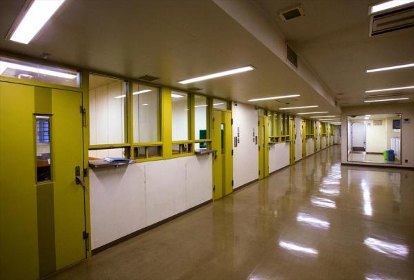 東日本入国管理センターの共用スペース。左側には居室が並んでいる=茨城県牛久市、鬼室黎撮影