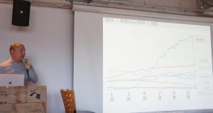 WELQが検索上位に突然上がっていったグラフを示しながら説明する辻さん