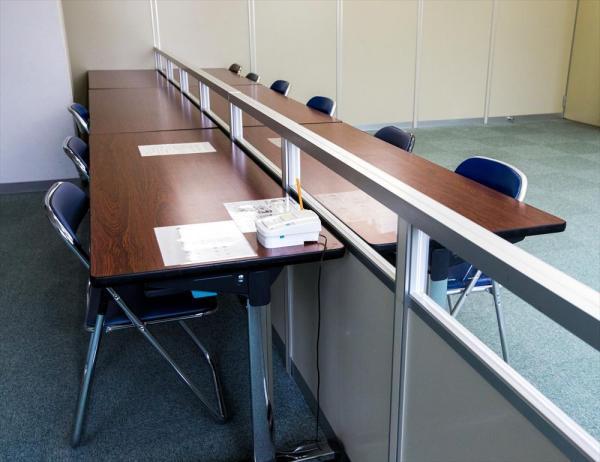 東日本入国管理センターの特別面会室。通常の面会室は中央をガラスで仕切られているが、親子などで使うことのあるという特別面会室は、面会者と収容者を遮るガラスがない=茨城県牛久市、鬼室黎撮影