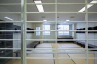大村入国管理センターの-人部屋。廊下側(手前)も窓側も鉄格子でふさがれている。左奥の小窓のついた一画はトイレ=長崎県大村市、鬼室黎撮影
