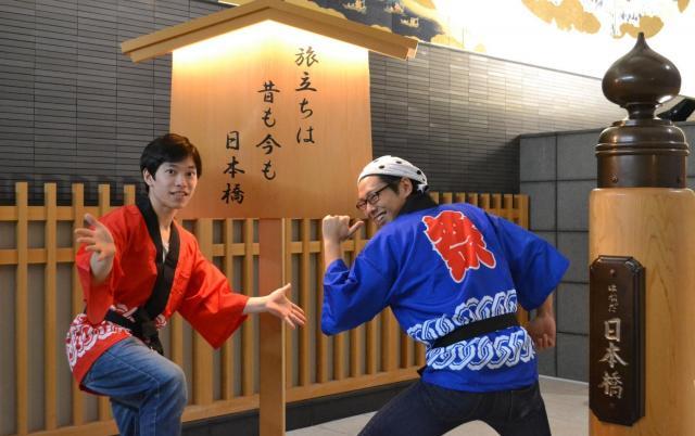 渡米前、羽田空港で記念撮影する古井康介さん(右)と樋口慧さん。「アメリカ大統領選挙=世界一のお祭り」ということで、法被を持参した