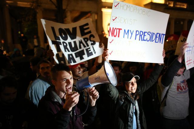 ニューヨークでトランプ氏の大統領選挙勝利に抗議する人々