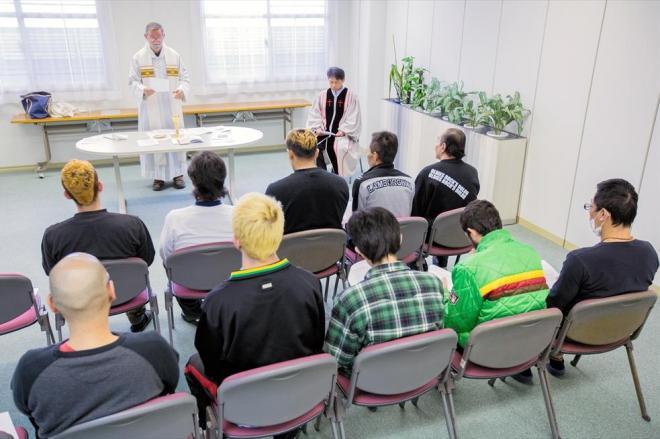 大村入国管理センターで開かれた礼拝。キリスト教以外の信仰を持つ収容者も参加する=長崎県大村市、鬼室黎撮影