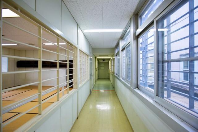 大村入国管理センターの廊下=長崎県大村市、鬼室黎撮影