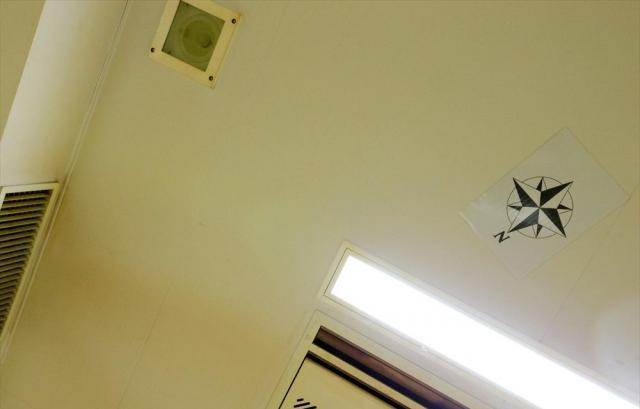 東日本入国管理センターの共用スペースの天井。イスラム教徒の礼拝のために、方角を記したマークが貼られている=茨城県牛久市、鬼室黎撮影