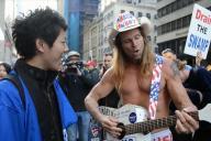 ニューヨークのトランプタワー前にいたトランプ支持者たち。ひときわ目立つパンツ一丁のカウボーイに声をかける古井さん