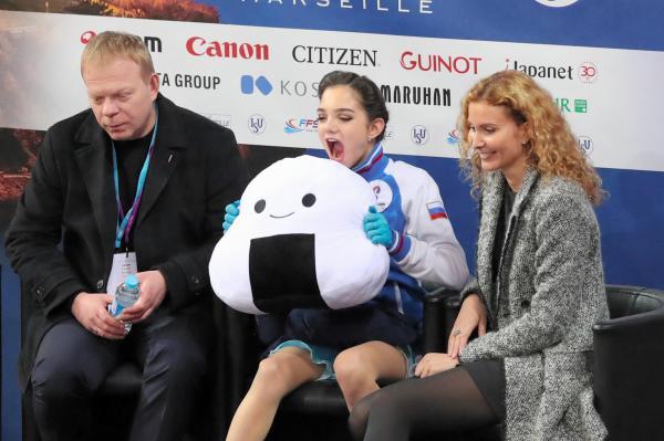 フィギュアスケート・GPファイナルで、「ユーリ!!! on ICE」ファンから投げ込まれたおにぎりのぬいぐるみを食べるふりをするエフゲニア・メドベジェワ=2016年12月9日