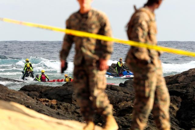 オスプレイの機体の一部を回収する米軍関係者=2016年12月20日、沖縄県名護市、小宮路勝撮影