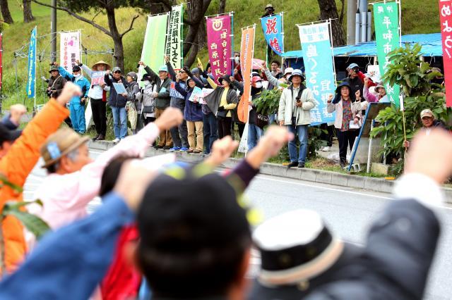 辺野古のキャンプ・シュワブのゲート付近で、オスプレイの事故に抗議する人たち=2016年12月17日、沖縄県名護市、小宮路勝撮影