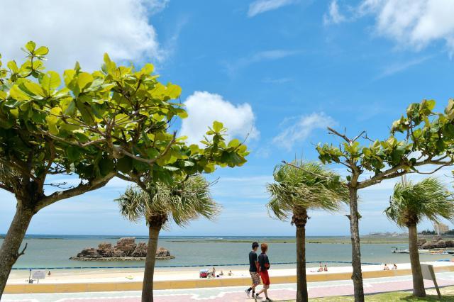 白い砂浜に青空が広がる「アラハビーチ」。沖縄戦では付近一帯に米軍が上陸したが、当時の面影はない=2015年6月3日、沖縄県北谷町、諫山卓弥撮影