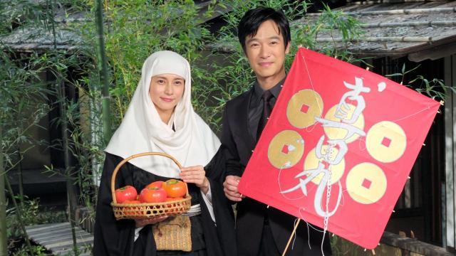 「おんな城主 直虎」に主演する柴咲コウさん(左)と「真田丸」の堺雅人さん。互いにドラマゆかりの品を贈り合った=東京・渋谷のNHK放送センター