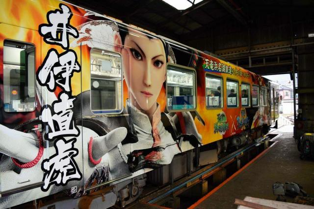 「戦国BASARA」の直虎が大きく描かれた天竜浜名湖鉄道の車両=2016年10月28日