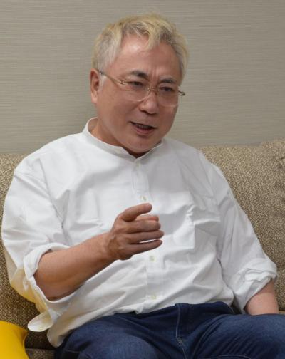 インタビューに答える高須院長