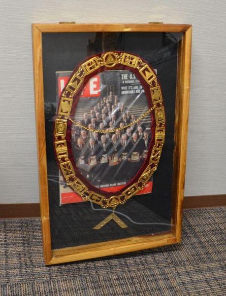 高須クリニック東京院の応接室に飾られた、フリーメイソンの装飾品