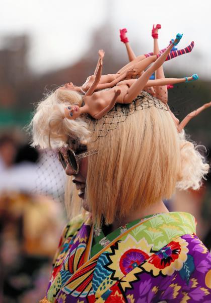 人形を使った奇抜なヘアスタイルの新成人=2016年1月10日、北九州市小倉北区三萩野3丁目、金子淳撮影