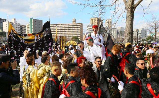 昨年の北九州市の成人式での一コマ=2016年1月10日、北九州市小倉北区三萩野3丁目、金子淳撮影