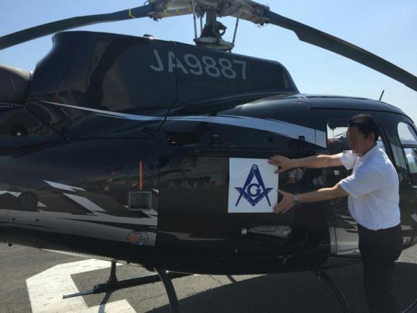 昨年4月の熊本地震直後。救援物資を自腹で運ぶヘリコプターに、フリーメイソンのシンボルマークを貼りつけた=高須院長のツイッターより(一部画像を加工しています)