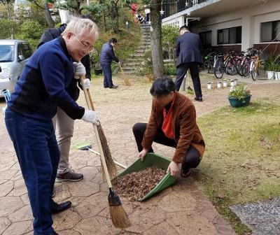 児童養護施設での清掃活動=高須院長のツイッターより(一部画像を加工しています)