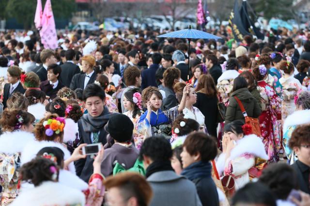 昨年の北九州市の成人式=2016年1月10日、北九州市小倉北区三萩野3丁目、金子淳撮影