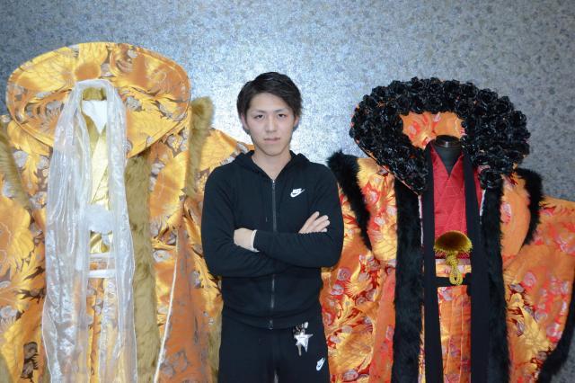 車工場に勤める安高竜矢さん。「バラ」のリーダーで、そろいの衣装の発案者でもある=北九州市小倉北区宇佐町1丁目、宮野拓也撮影