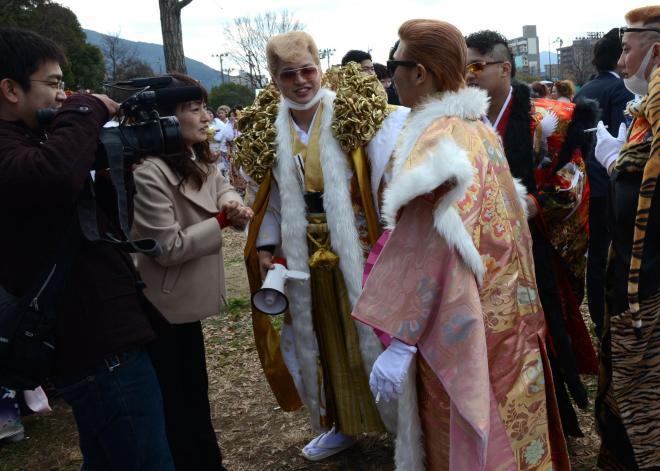 安高竜矢さんが憧れた、金色のバラの衣装を着た先輩(中央)。テレビの取材に応じていた=2016年1月10日、北九州市小倉北区三萩野3丁目、宮野拓也撮影