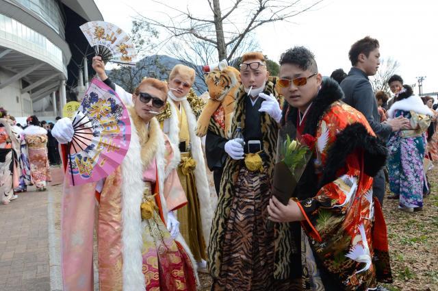 派手な衣装に身を包んだ北九州市の新成人=2016年1月10日、北九州市小倉北区三萩野3丁目、宮野拓也撮影