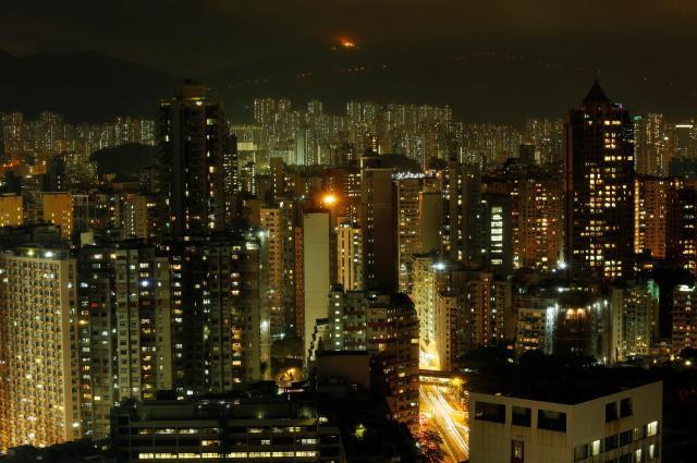 夜になっても、明るいままの香港のビジネス街と住宅地=2016年7月、ロイター