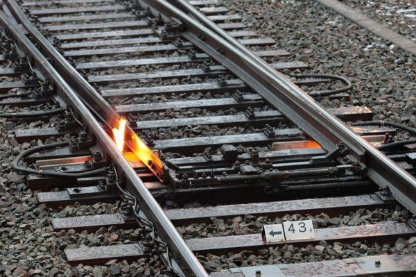 線路火災? いいえ、線路のポイント部分を暖める「融雪カンテラ」です
