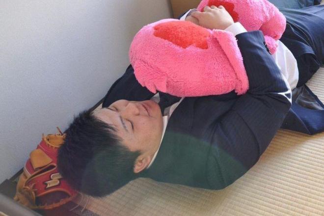 「抱き枕、恥ずかしいっす」と言いながら、ノリの良い石原彪選手