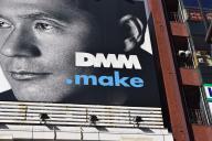 3Dプリンターなどの事業を手がける「DMM.make」の看板。都内の繁華街や主要な交差点などで見かける屋外広告には積極的に有名人を起用している