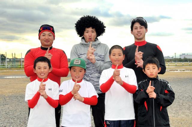 河川敷で練習していた少年野球チームの皆さんと「クーニンポーズ」で記念撮影
