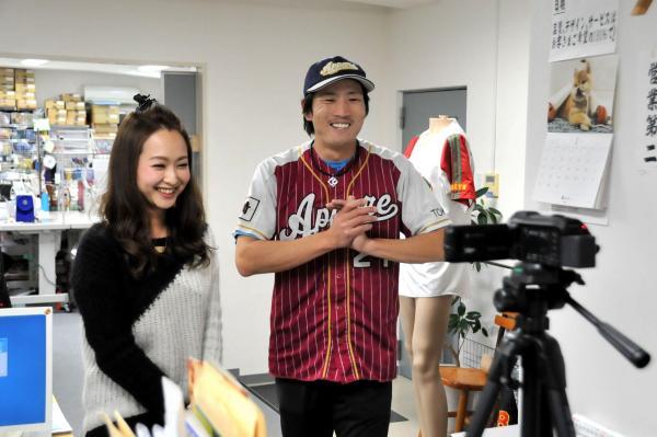 自前のデジタルビデオカメラで、ユニホームメーカー「イウジン」へ潜入取材。左は同社の島田奈苗さん