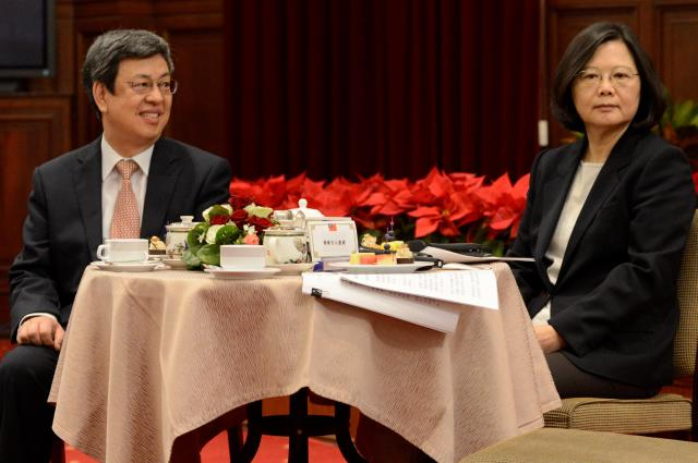 大晦日の記者会見にのぞむ蔡英文総統と陳建仁副総統=台北、2016年12月31日