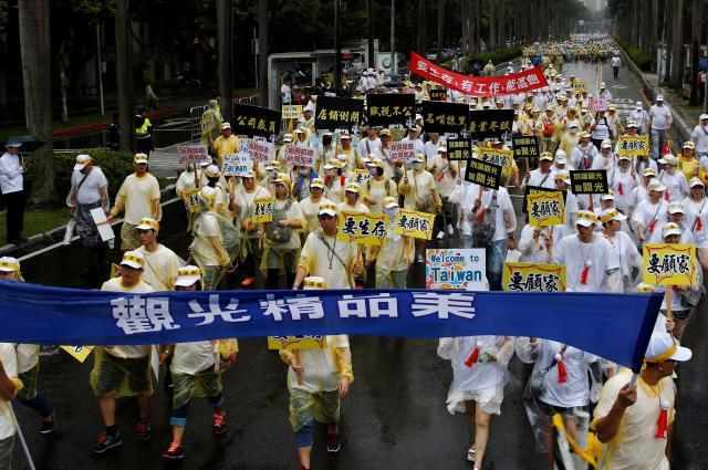 中国からの観光者が減少し、蔡英文総統に抗議する旅行業界のデモ=台北、2016年9月