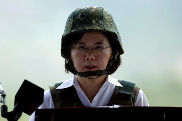 中国の人民解放軍の上陸を想定した訓練に参加した台湾の蔡英文総統=台湾・屏東県、2016年8月