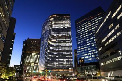 明かりをともした電通本社ビル(中央)