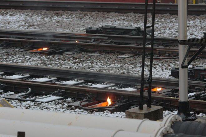 線路火災? いいえ、線路のポイント部分を暖める「融雪カンテラ」の炎です