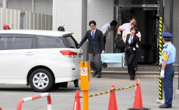 初の6歳未満からの臓器提供で、肝臓を搬出する医師ら=2012年6月15日、富山大付属病院