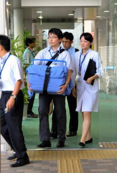 移植手術が行われる病院へ向け、運び出された心臓=2013年8月10日、長崎市の長崎大病院