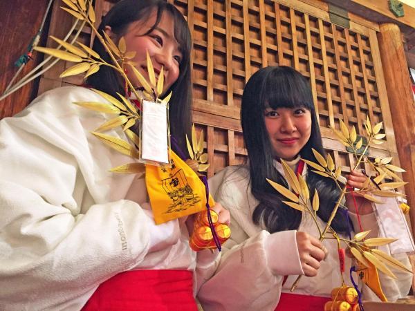えびす娘たちの袖にはmont-bellのロゴが=2017年1月10日、十日戎が開かれている今宮戎神社で