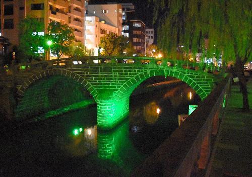 緑色に照らされた眼鏡橋=2016年10月12日、長崎市