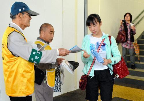 街頭キャンペーンをする県腎協のメンバーたち=JR長野駅