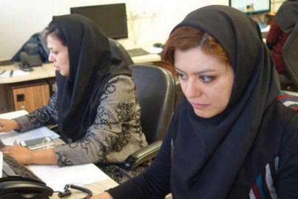 スカーフ(ヒジャブ)からのぞく茶髪。女性の記者も活躍する「イラン学生通信(ISNA)」