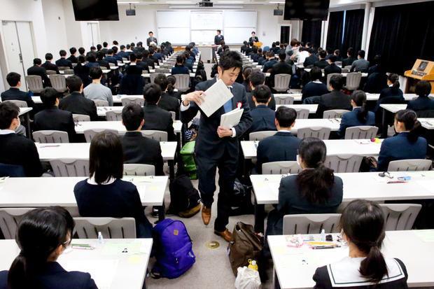 14日から始まった大学入試センター試験=福岡市東区の九州大学、小宮路勝撮影
