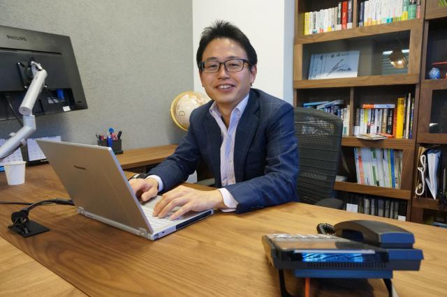 薮崎社長。「ペーパーレスな環境が効率化のベースです」